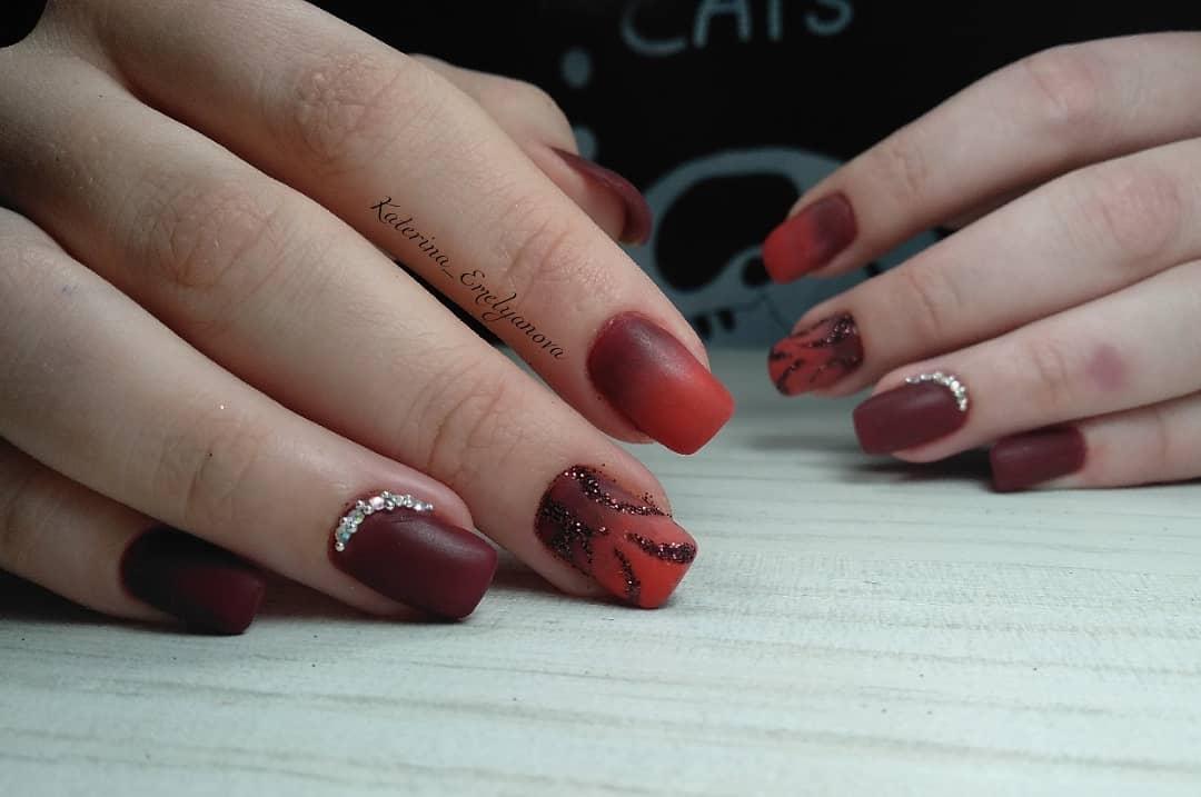 Красное омбре на ногтях_18