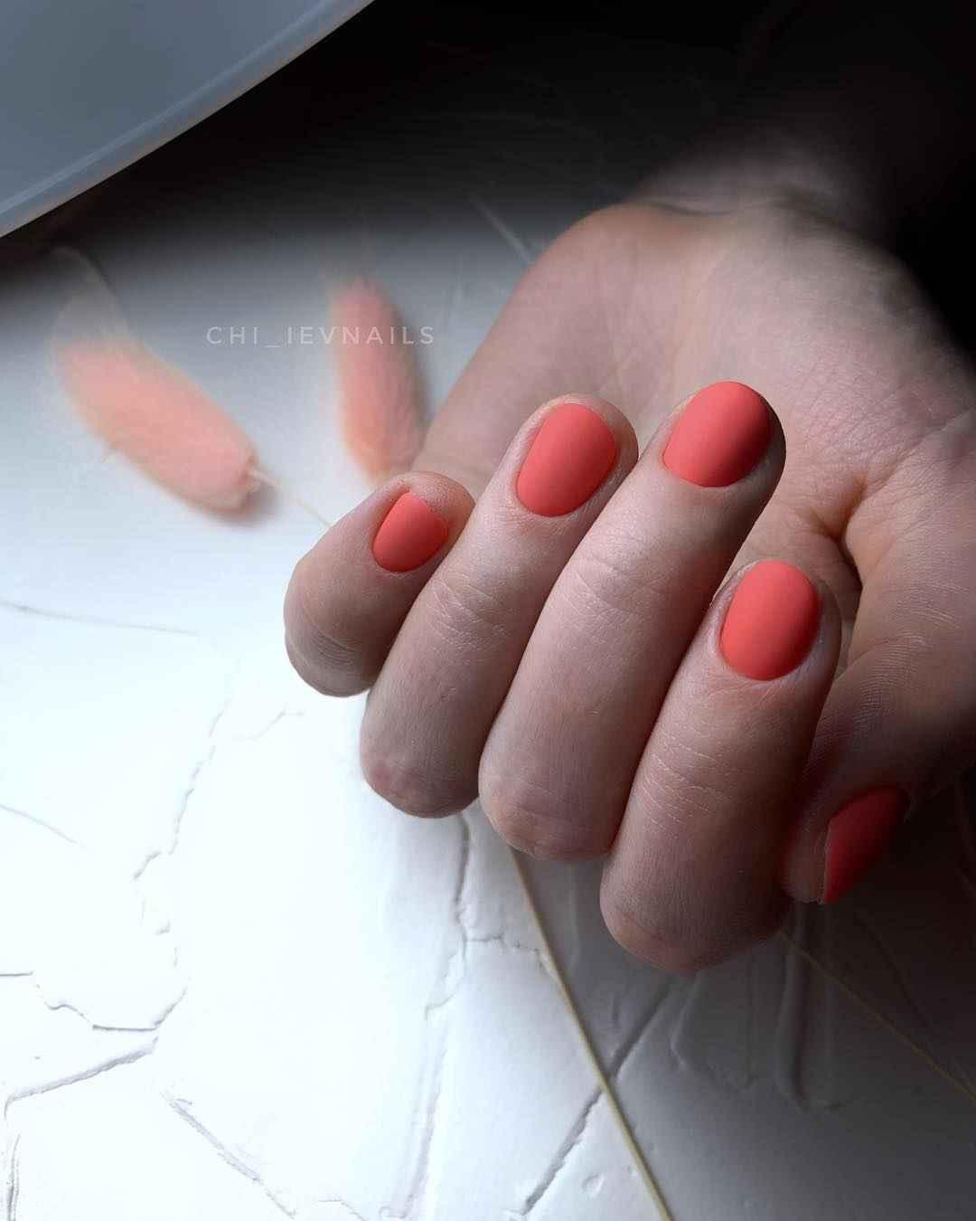 Коралловый маникюр на короткие ногти_7