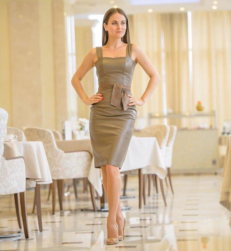 Модные весенние платья 2019 из вельвета, бархата или кожи_25