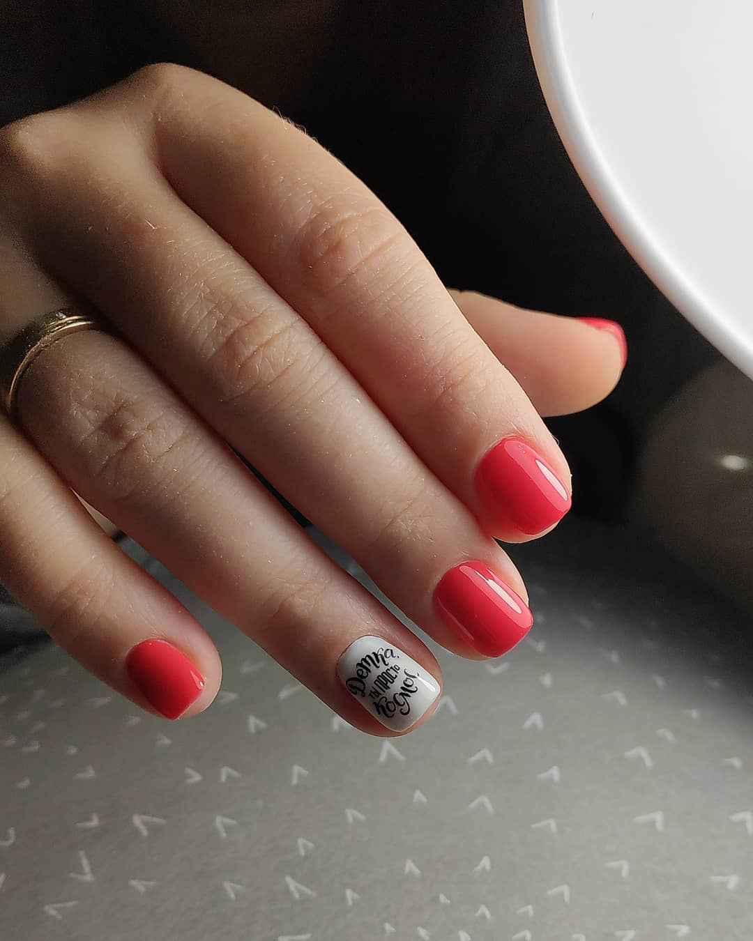 Коралловый маникюр на короткие ногти_14