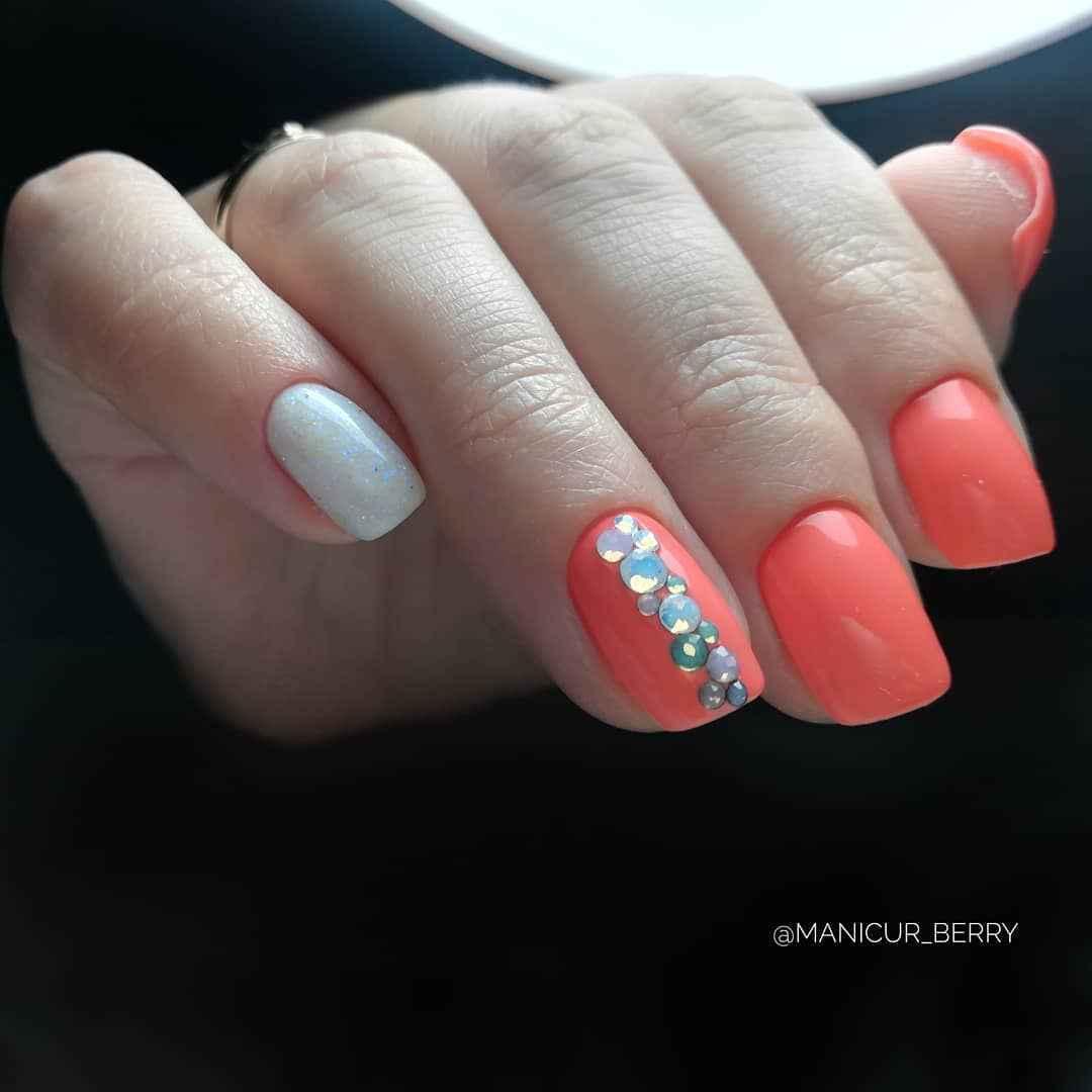 Коралловый маникюр на короткие ногти_12