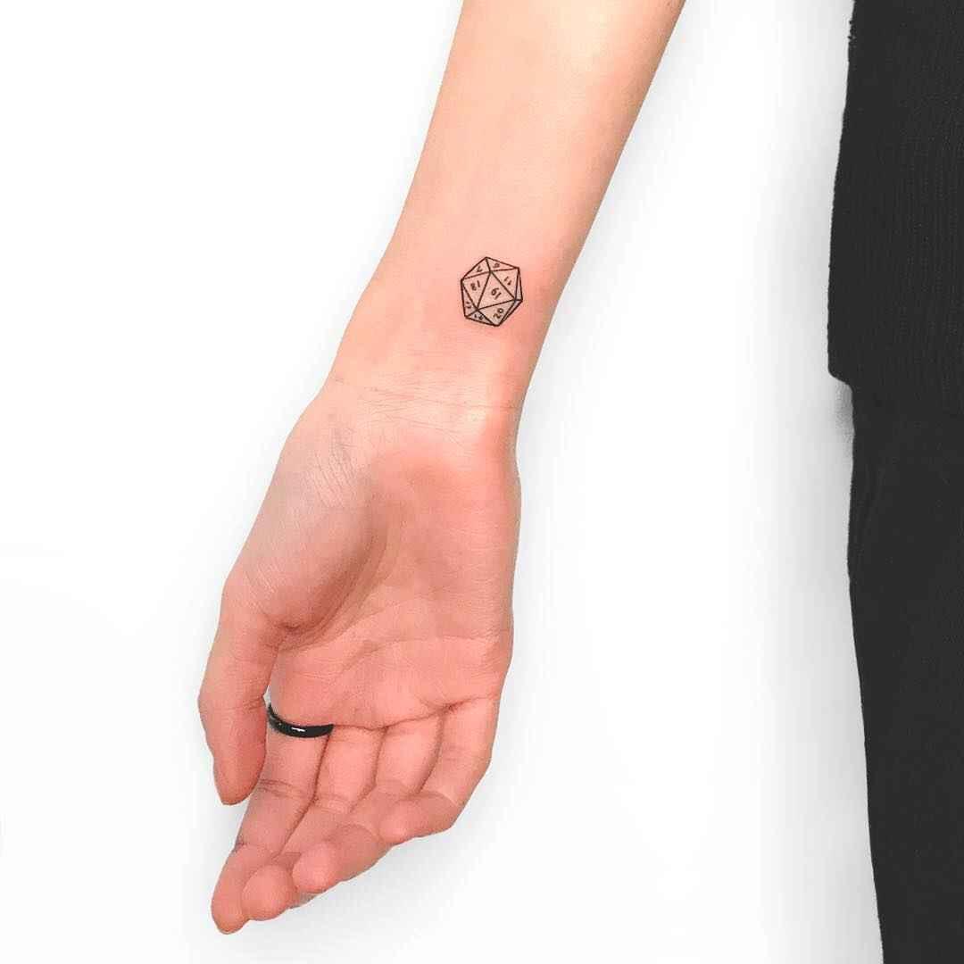 Маленькие татуировки на руке_16