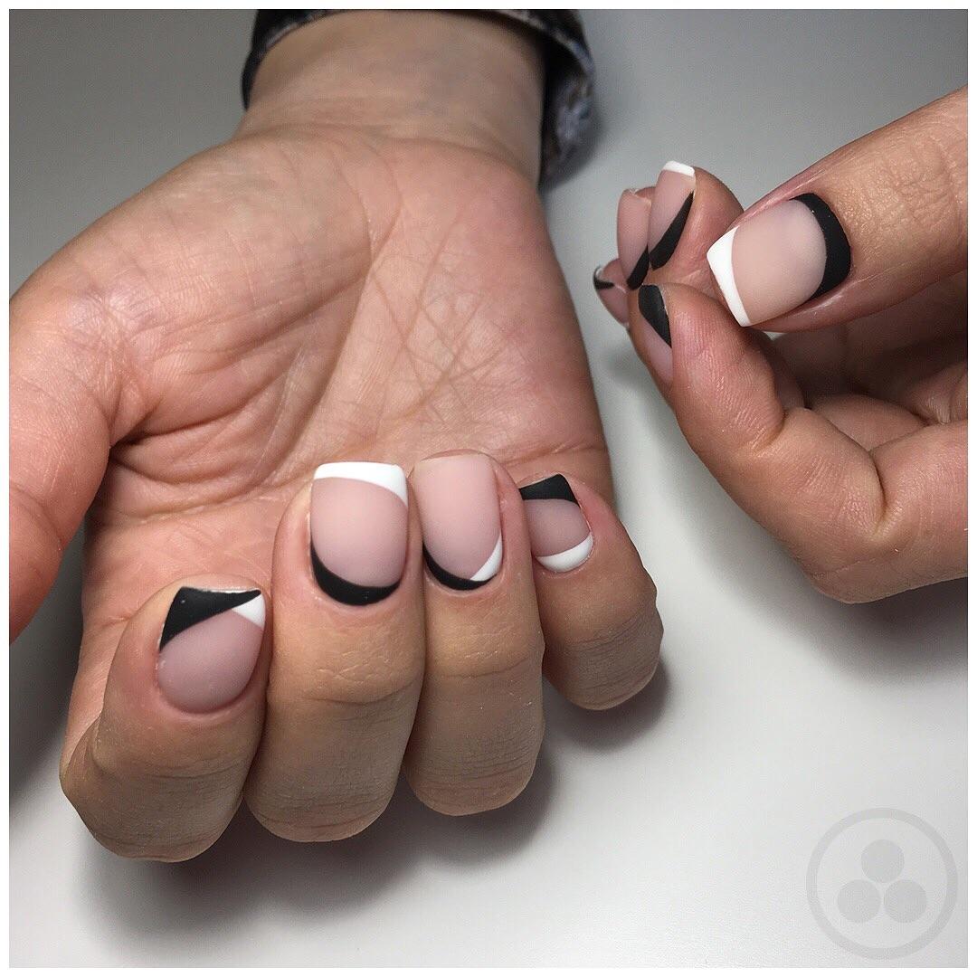 Французский маникюр на короткие ногти с геометрией_3