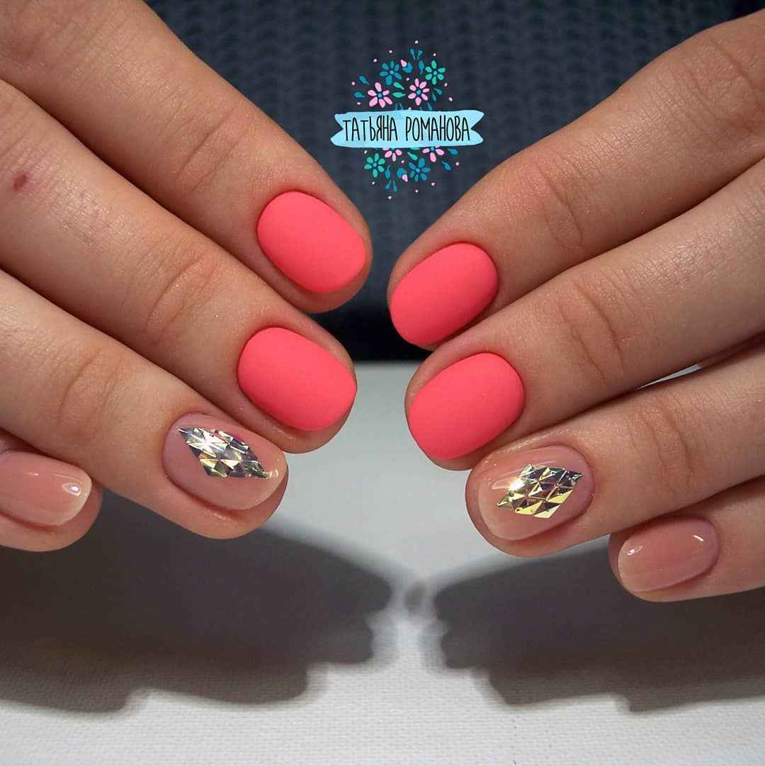 Коралловый маникюр на короткие ногти_35