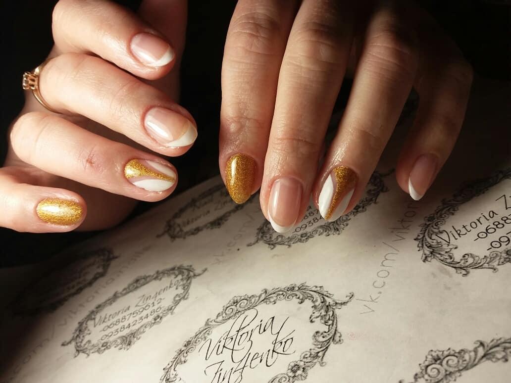 Французский маникюр на короткие ногти с геометрией