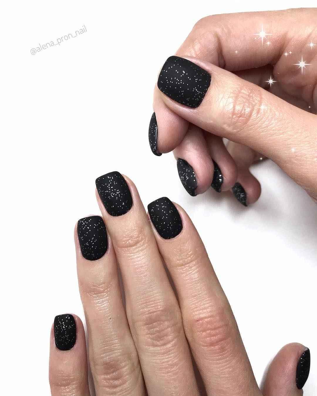 Матовый маникюр на короткие ногти с рисунком или декором фото_32