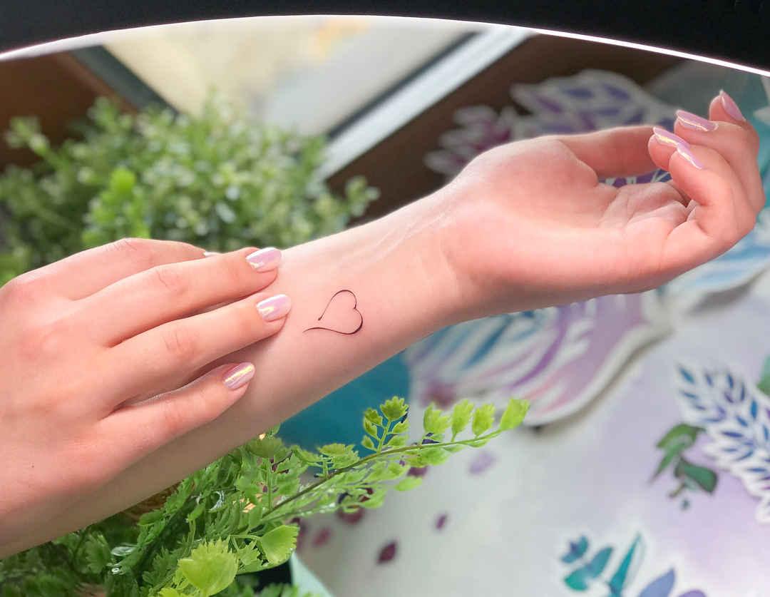 Маленькие татуировки для девушек на запястье фото_22