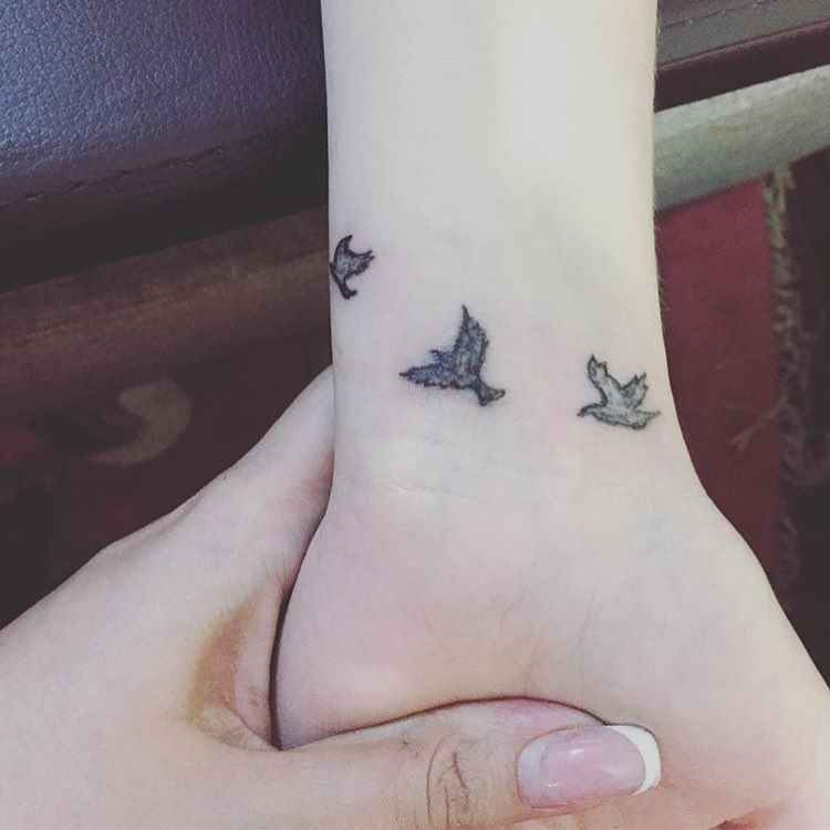 Маленькие татуировки для девушек на запястье фото_11