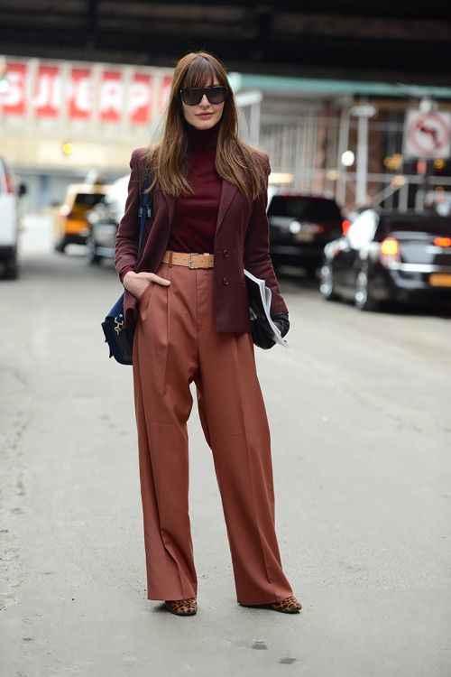 С чем носить коричневые брюки фото_8