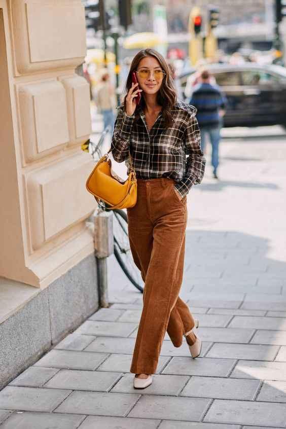С чем носить коричневые брюки фото_23