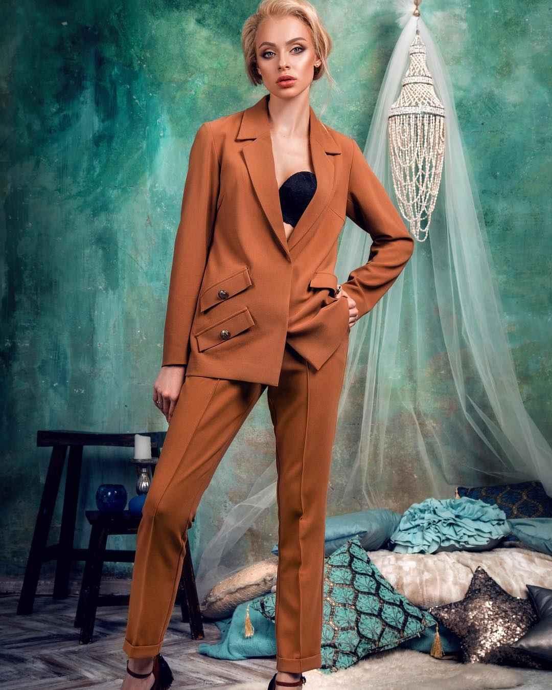 С чем носить коричневые брюки фото_12