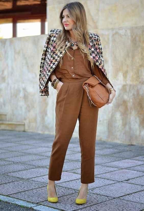 С чем носить коричневые брюки фото_9