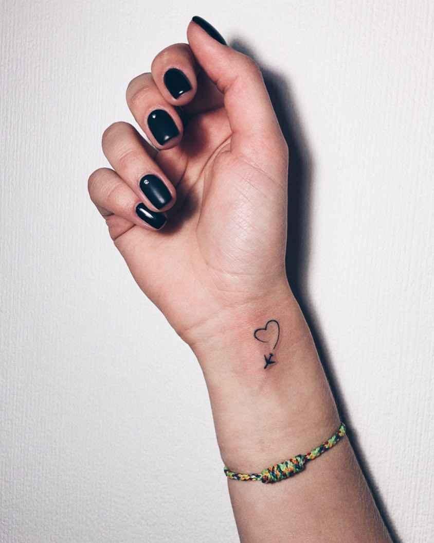 Маленькие татуировки для девушек на запястье фото_21