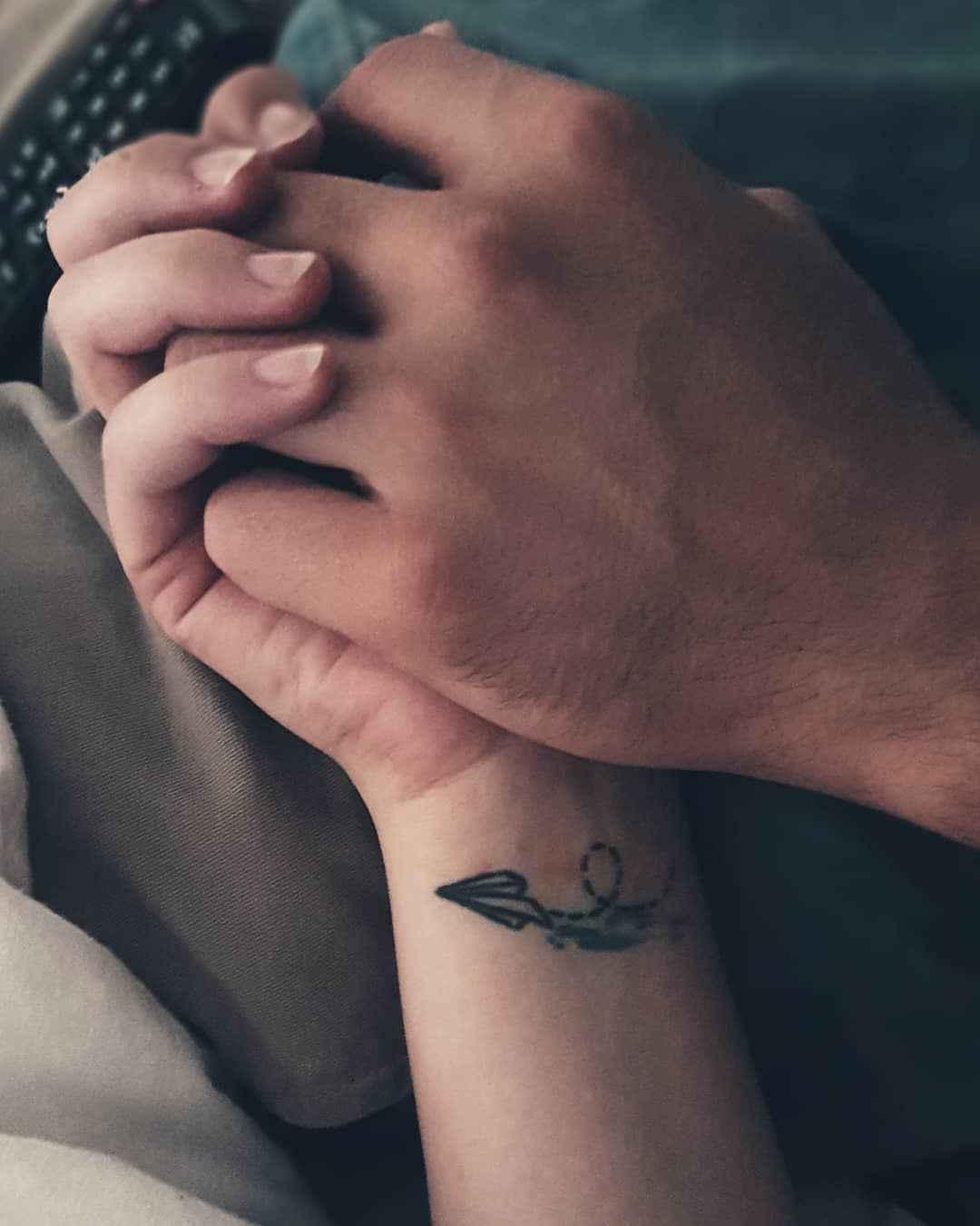 Маленькие татуировки для девушек на запястье фото_35