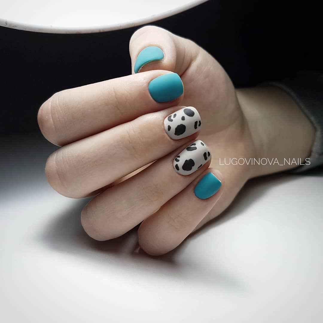 Матовый маникюр на короткие ногти с леопардовым принтом фото_2