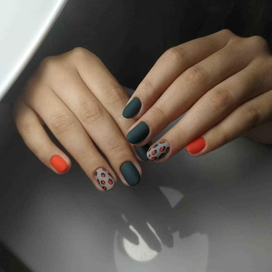 Матовый маникюр на короткие ногти с леопардовым принтом фото_1