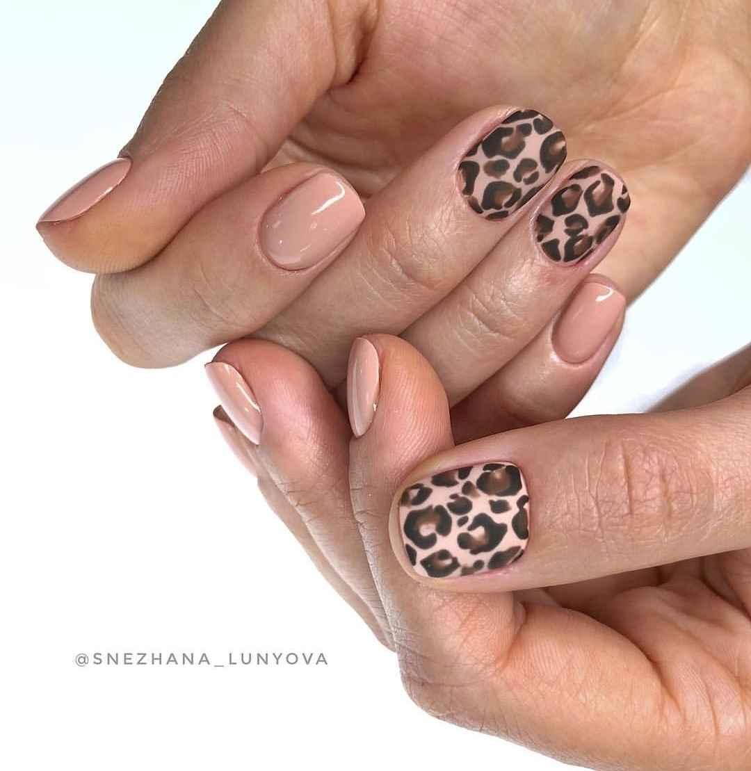 Матовый маникюр на короткие ногти с леопардовым принтом фото_3