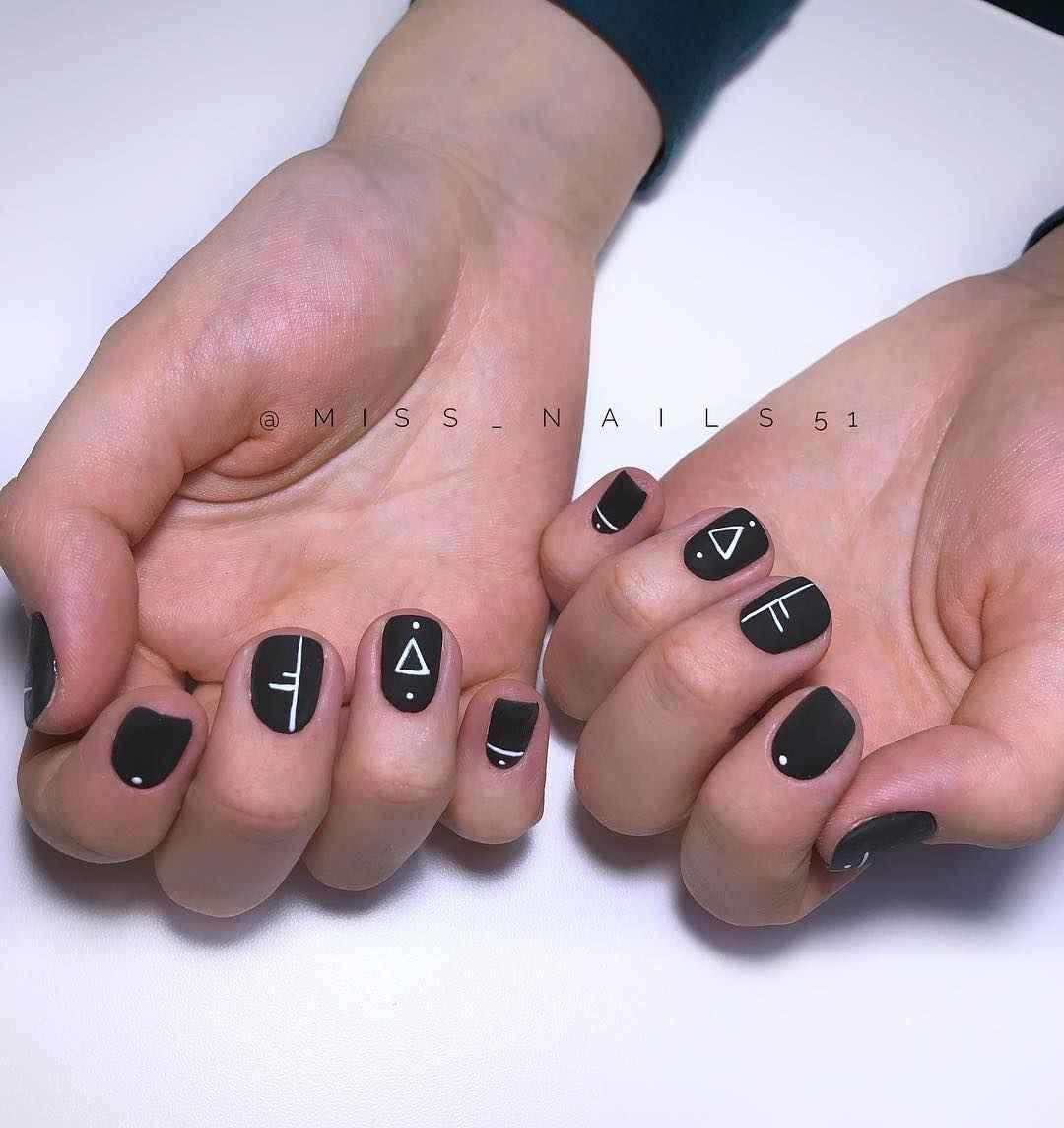Матовый маникюр на короткие ногти с рисунком или декором фото_18