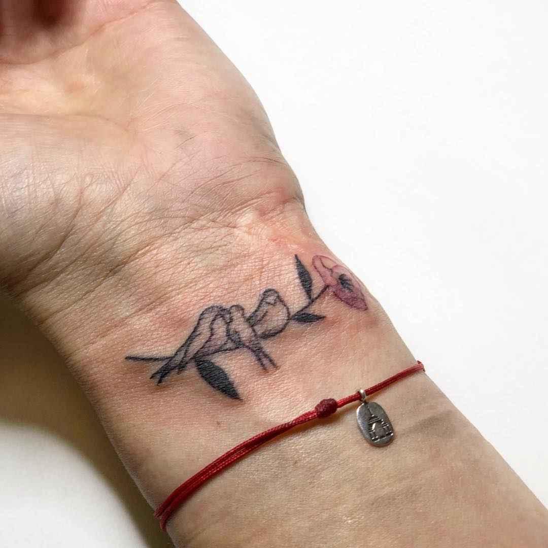 Маленькие татуировки для девушек на запястье фото_7