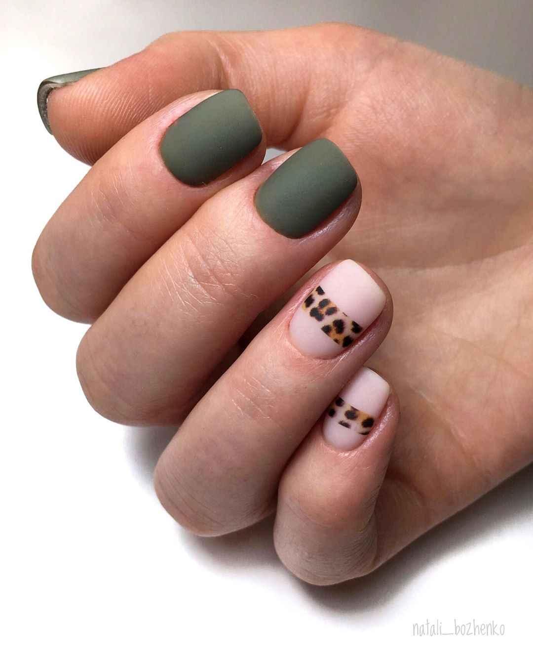 Матовый маникюр на короткие ногти с леопардовым принтом фото_7