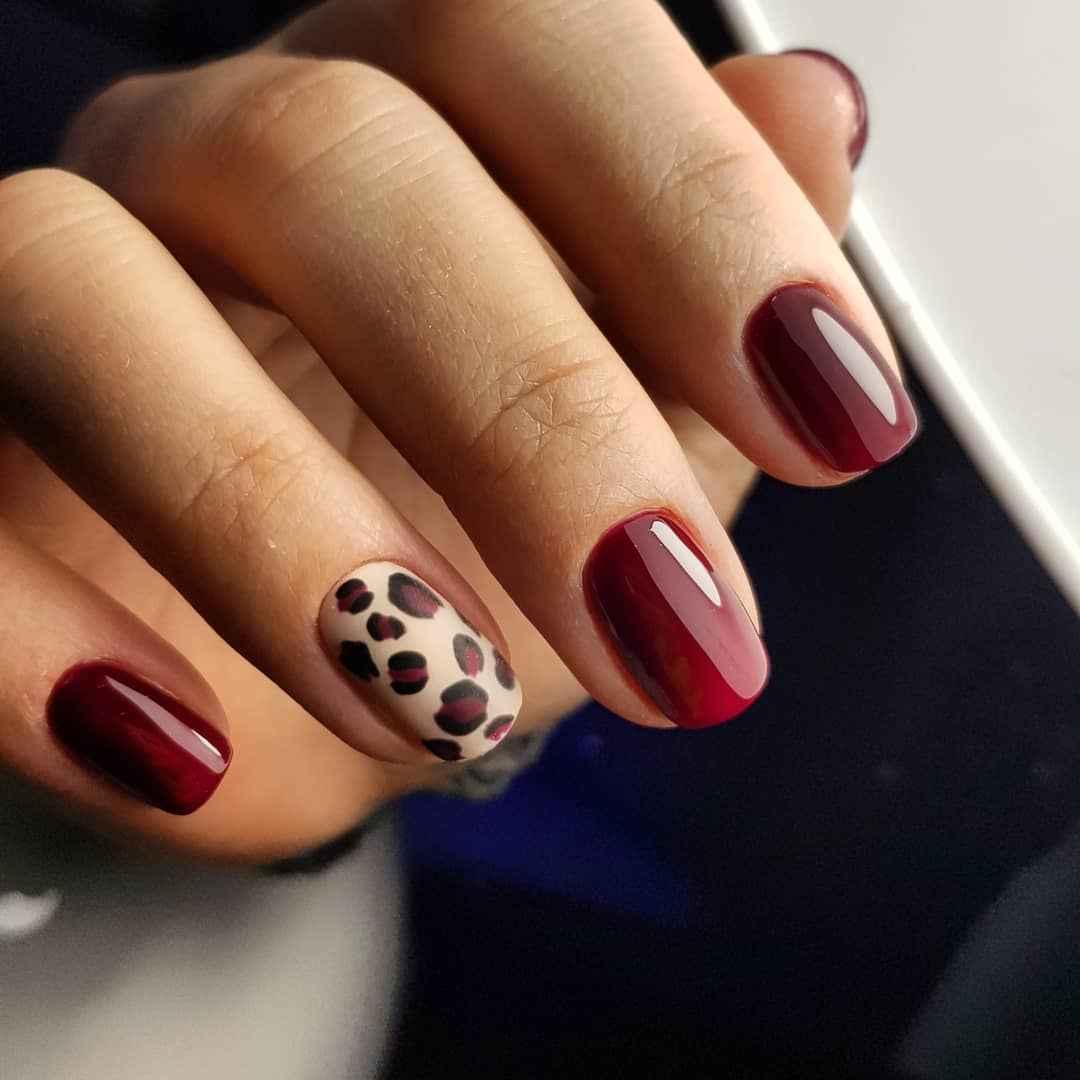 Матовый маникюр на короткие ногти с леопардовым принтом фото_4