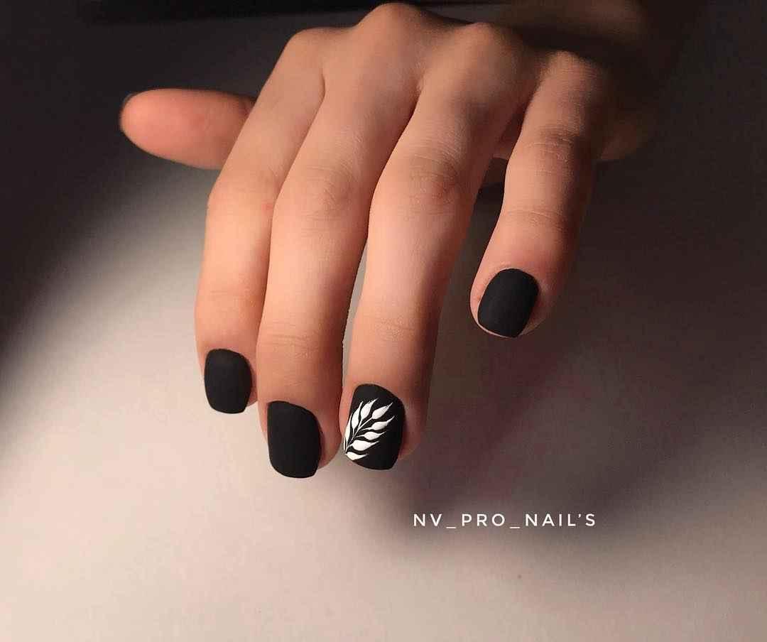 Матовый маникюр на короткие ногти с рисунком или декором фото_13