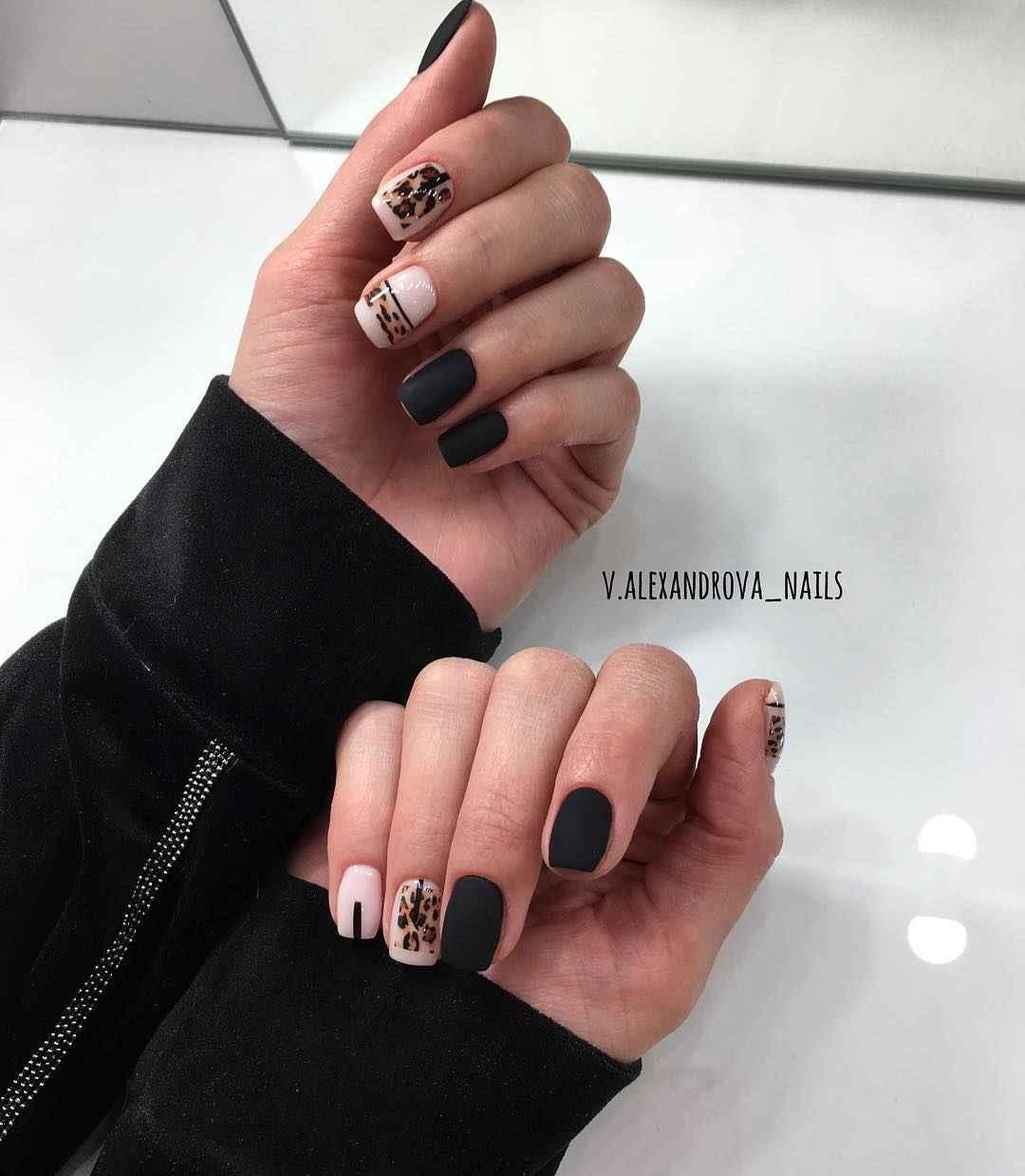 Матовый маникюр на короткие ногти с леопардовым принтом фото_6