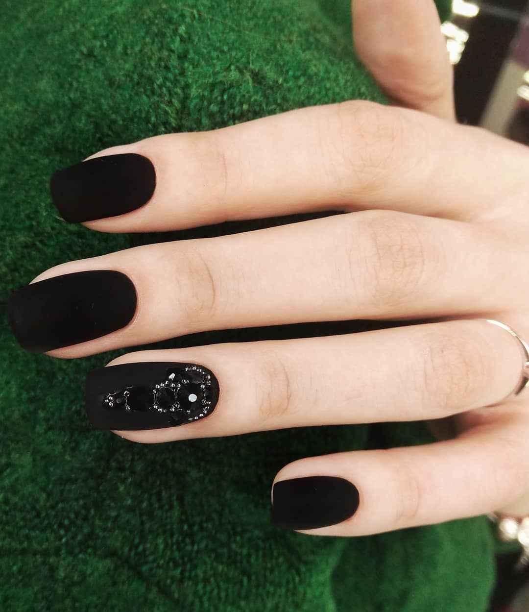 Матовый маникюр на короткие ногти с рисунком или декором фото_2