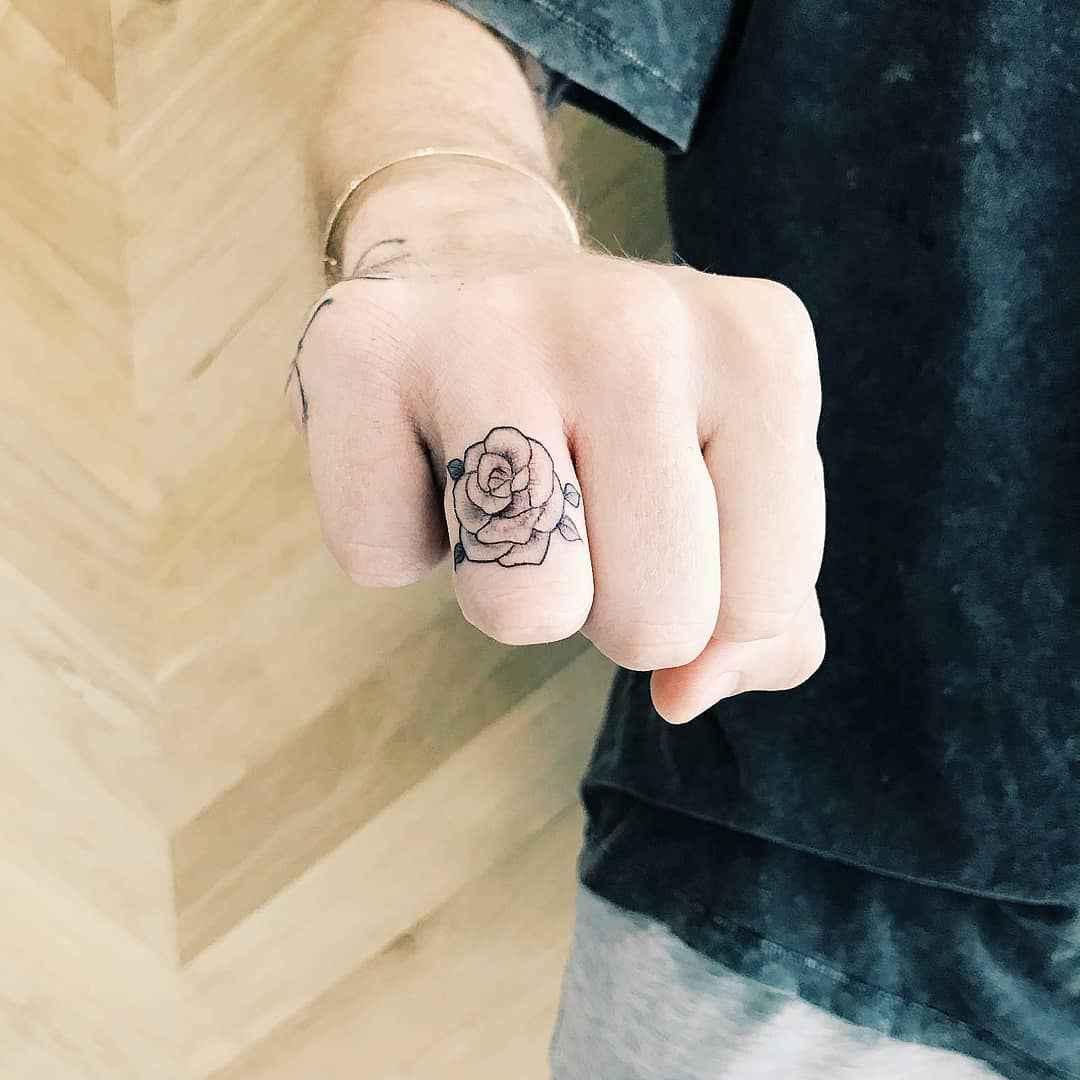 Тату на пальцах для девушек фото_30
