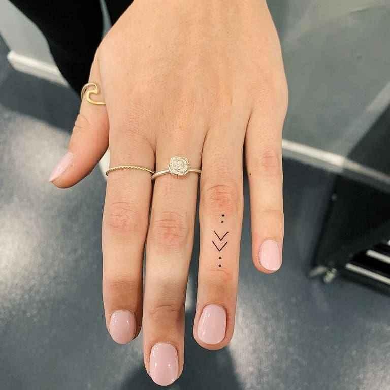 Тату на пальцах для девушек фото_12