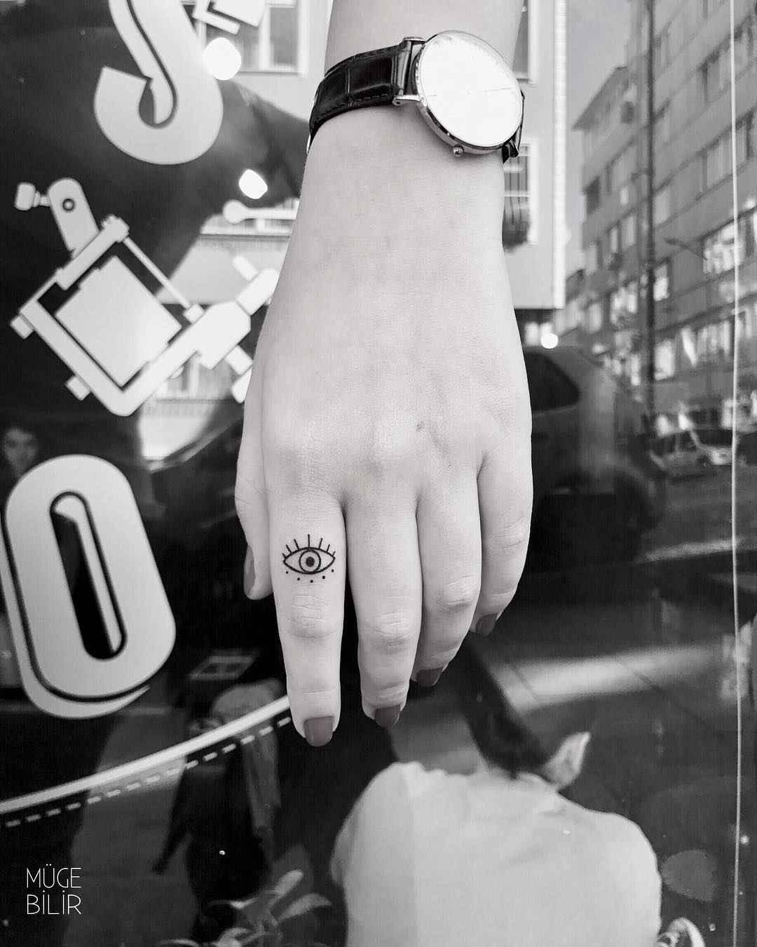 Тату на пальцах для девушек фото_37
