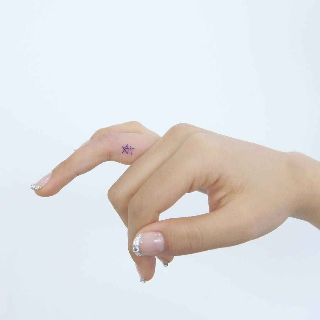 Тату на пальцах для девушек фото_19