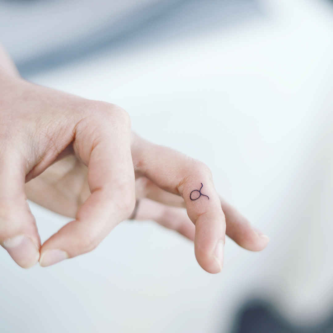 Тату на пальцах для девушек фото_43