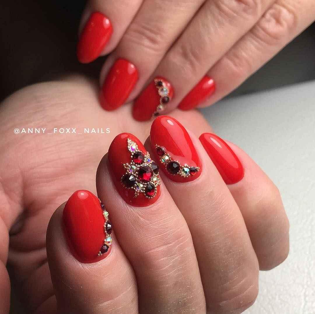 Маникюр со стразами на короткие ногти фото_17