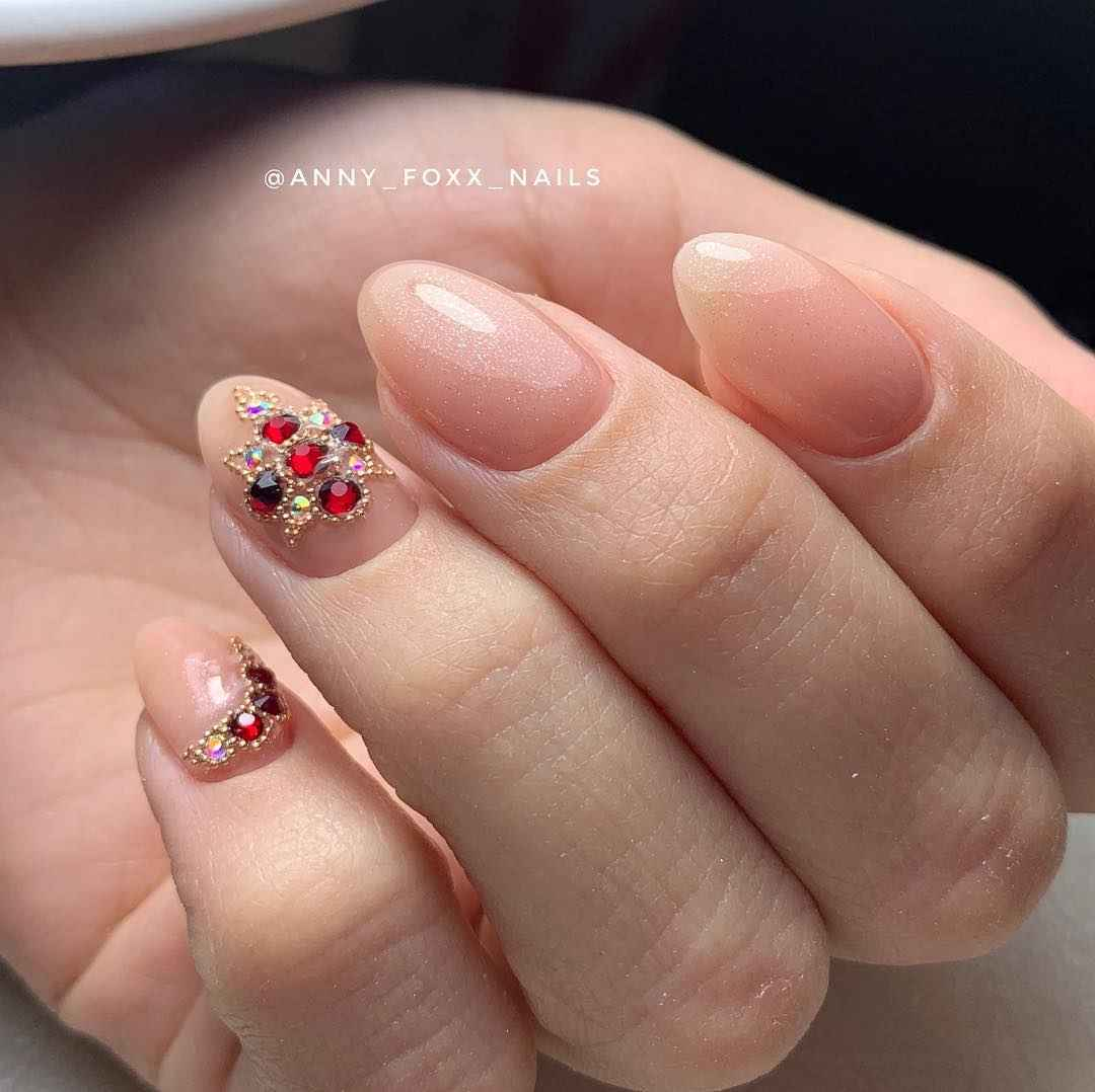 Маникюр со стразами на короткие ногти фото_13