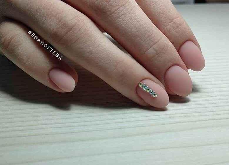 Маникюр со стразами на короткие ногти фото_39