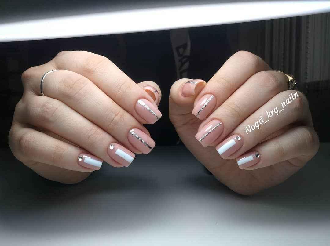 Маникюр со стразами на короткие ногти фото_44