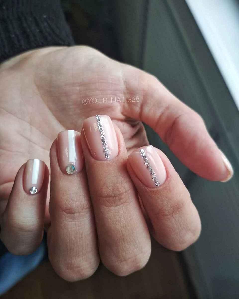 Маникюр со стразами на короткие ногти фото_34