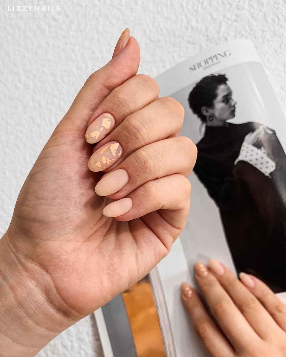 Бежевый летний маникюрдля женщин за 50 фото_3