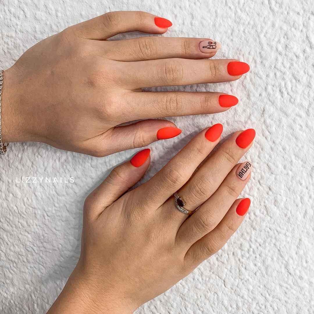 Красный летний маникюрдля женщин за 50 фото_3