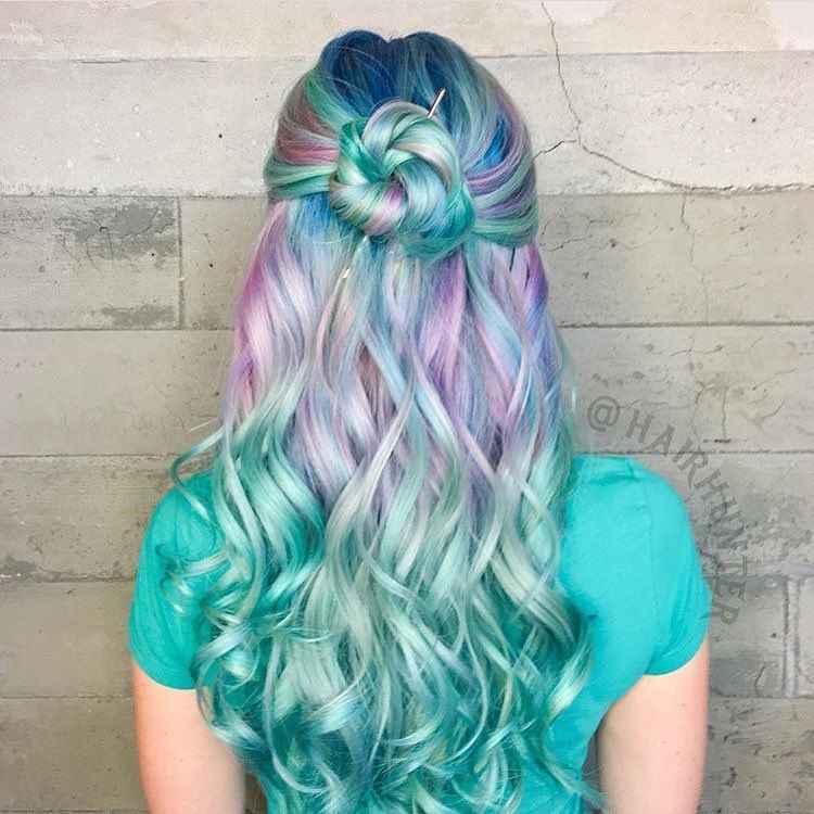 Розово-зеленый балаяж на волосах