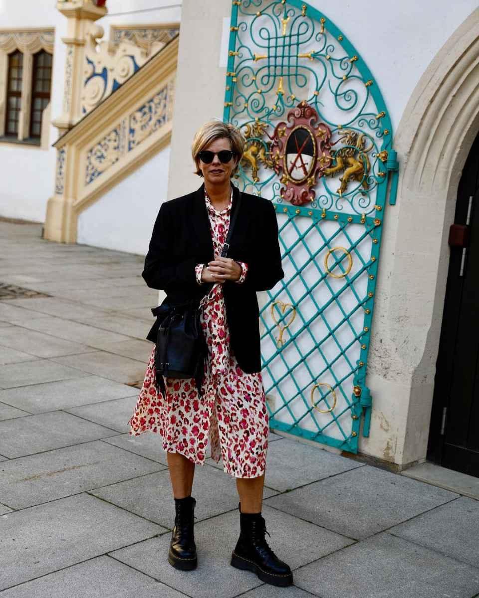 Модные платья для женщин 50 лет осень-зима 2019-2020 фото_20