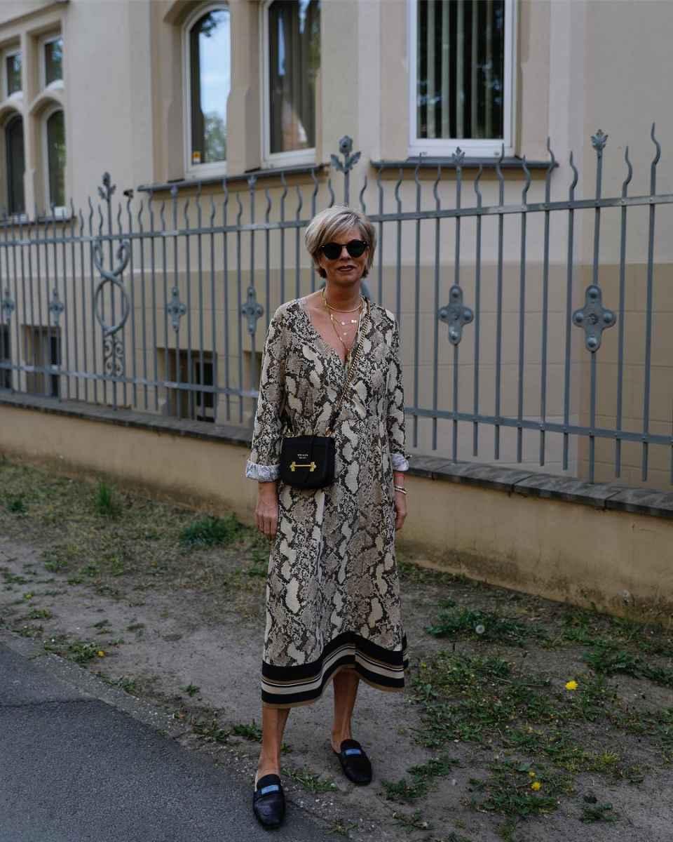 Модные платья для женщин 50 лет осень-зима 2019-2020 фото_19