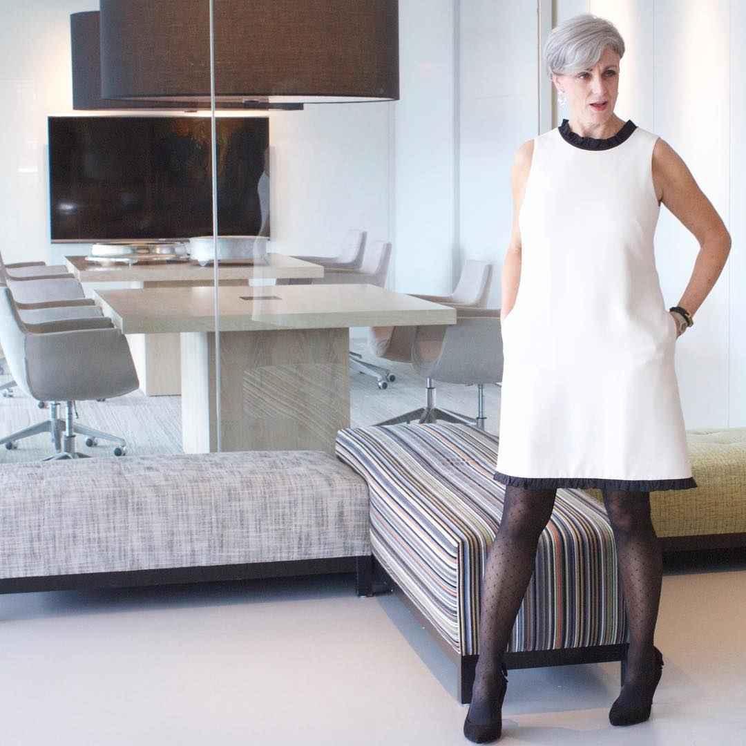 Модные платья для женщин 50 лет осень-зима 2019-2020 фото_36