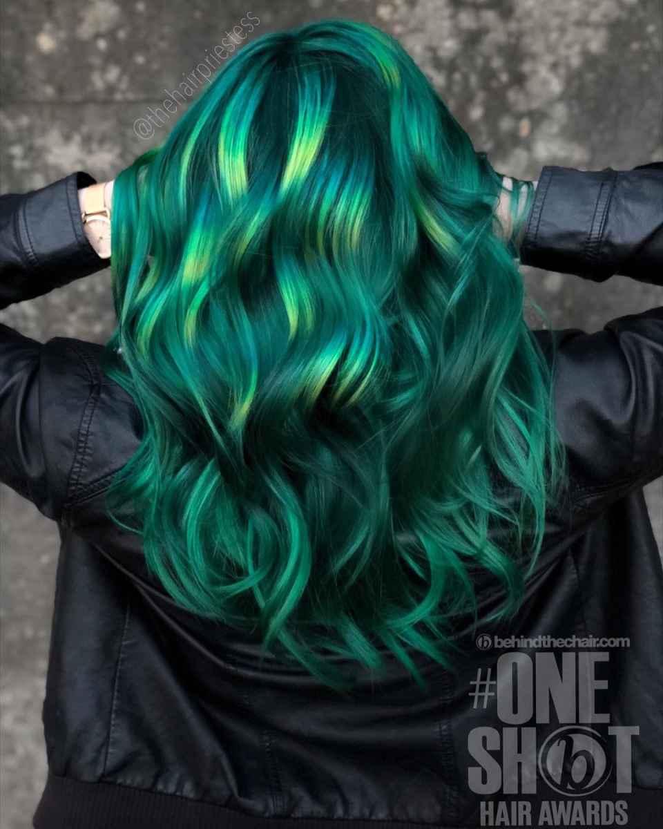 Темно-зеленый с яркими бликами
