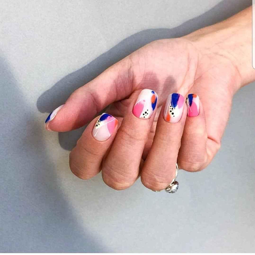 Необычный маникюр на короткие ногти фото_40
