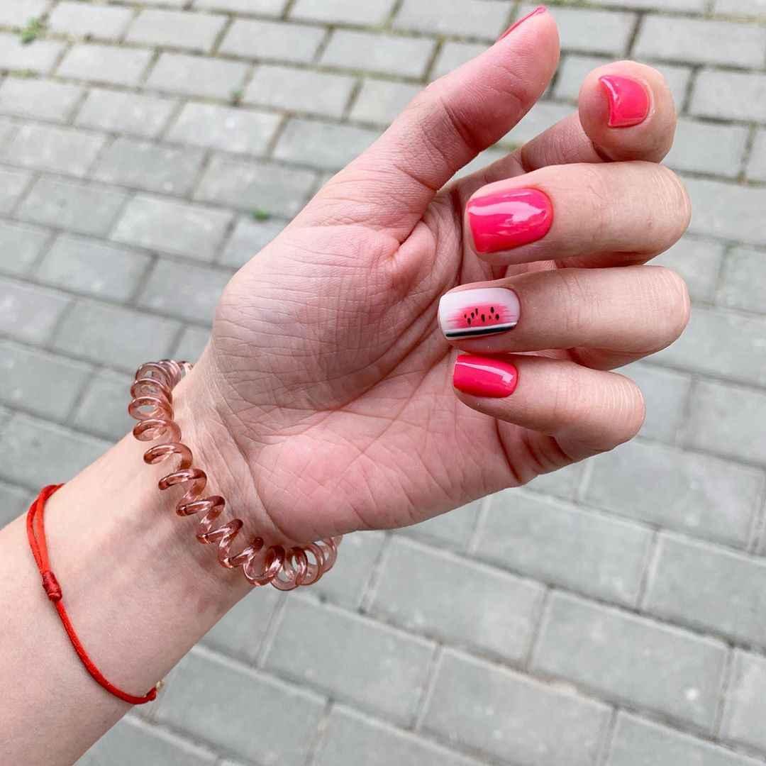 Необычный маникюр на короткие ногти фото_30