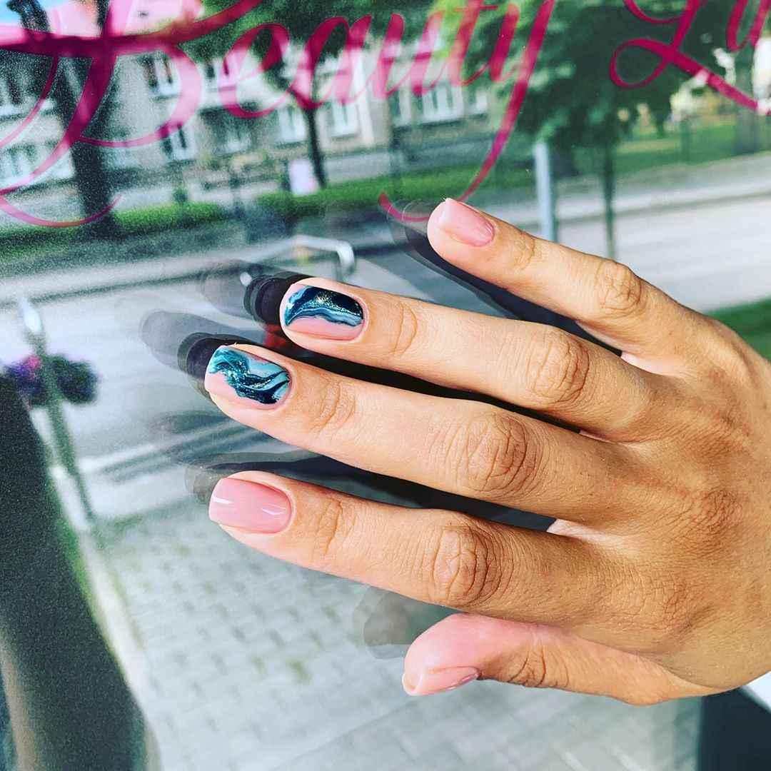 Необычный маникюр на короткие ногти фото_29