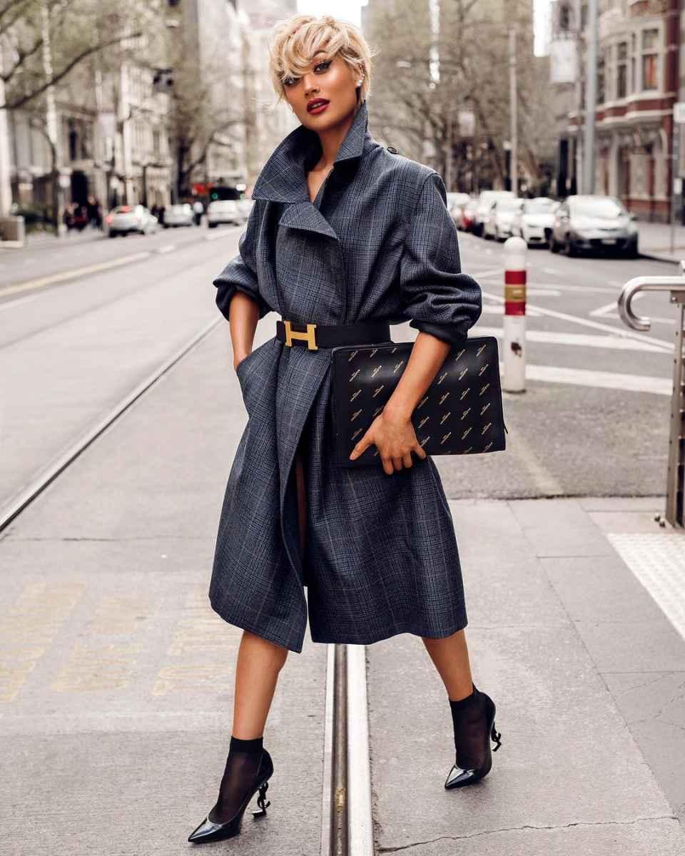 С чем носить серое пальто оверсайз фото идеи_9