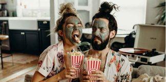 парень и девушка едят попкорн